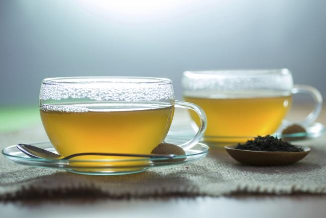 <p>Учените все още се опитват да разберат механизмите, чрез които зеленият чай подобрява здравето на сърцето. Изследвания, публикувани в Journal of Biological Chemistry, показват, че съединение в зеления чай може да разруши потенциално опасното натрупване на плака в кръвоносните съдове, което от своя страна намалява риска от инфаркт или инсулт.</p>