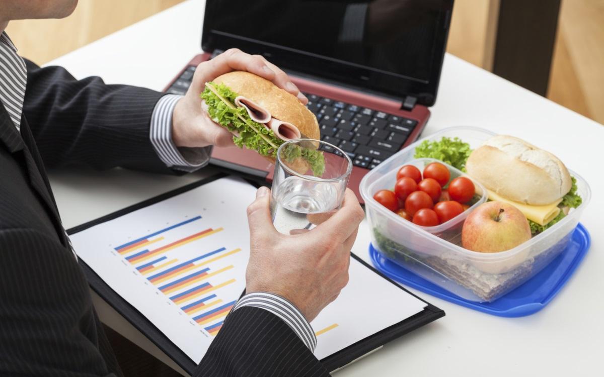 Опаковка здравословни закуски за офиса, за да избегнете всички коледни вкусотии, които колегите ще донесат в празничните дни.