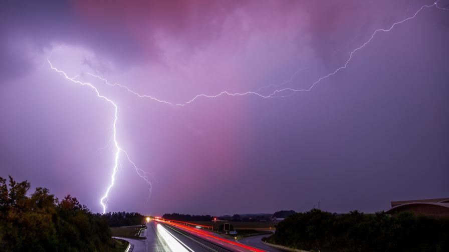 Мълния уби български шофьор при гръмотевични бури във Франция