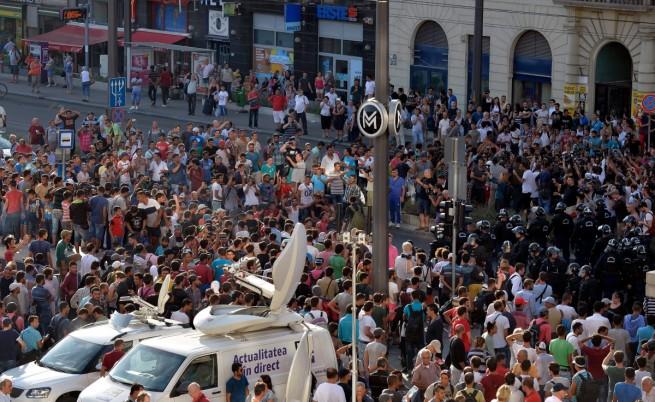 Пуснаха имигрантите на гарата в Будапеща, но влакове няма