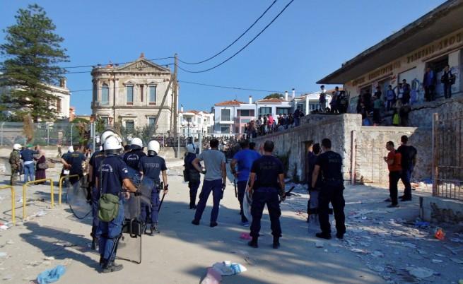 Сблъсъци между бежанци и полицаи на остров Лесбос