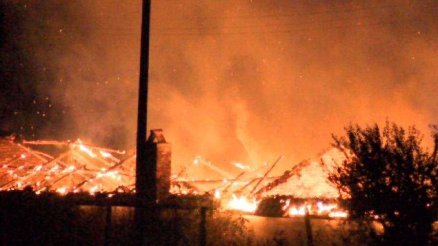 Цех и ферма горяха в Шейново тази нощ