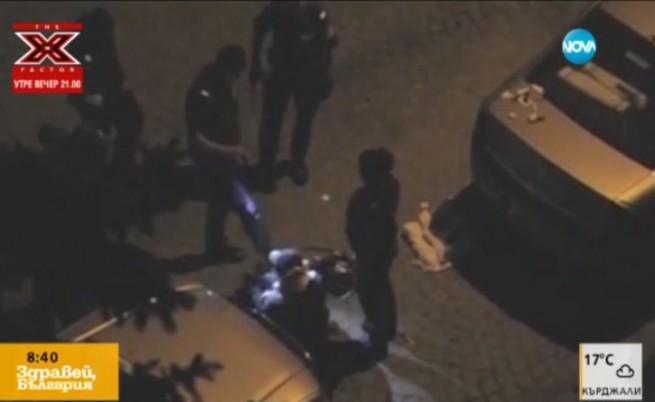Видео показва как полицаи ритат безпомощен мъж
