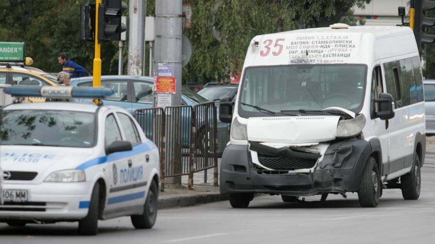 Катастрофа между маршрутка и кола в София