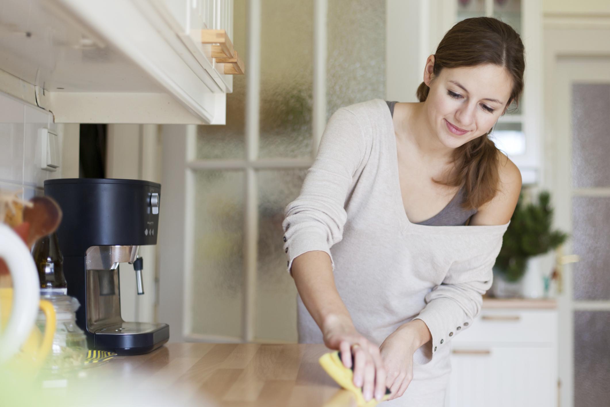 Не отлагай почистването.<br /> Изкушаваме се да оставим мръсните чинии в мивката, докато изчакваме да дойде музата, за да ги измием, но за да съхраниш нервите си след това, е по-добре да приключиш с почистването им навреме. Така кухнята ти няма да изглежда като местопрестъпление, а и хапването е по-сладко, когато знаеш, че не те очакват насъбрали се чинии.