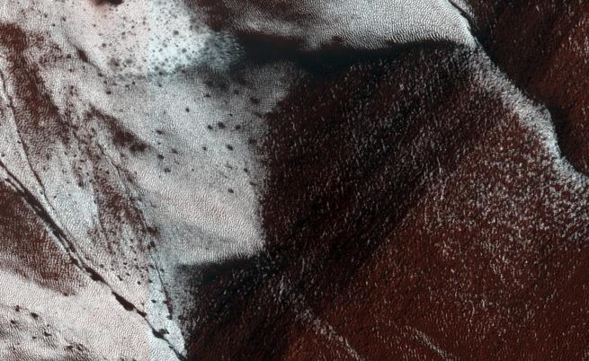 НАСА откри доказателства за течаща вода на Марс