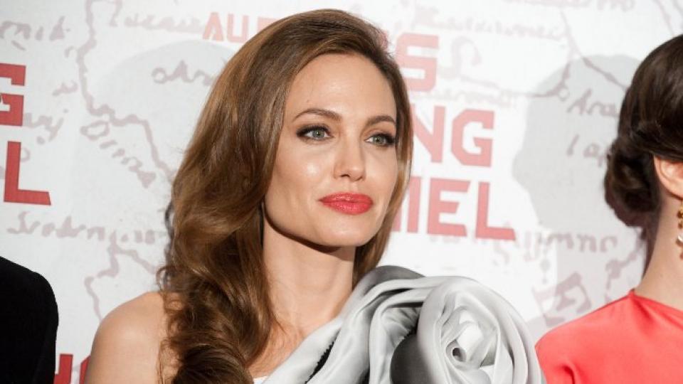 Анджелина бе зашеметителна в тоалет на RalphRusso