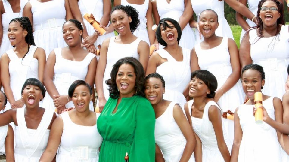Само преди месец Опра позира с първия випуск, дипломирал се в създаденото от нея девическо училище в Южна Африка през 2008-ма