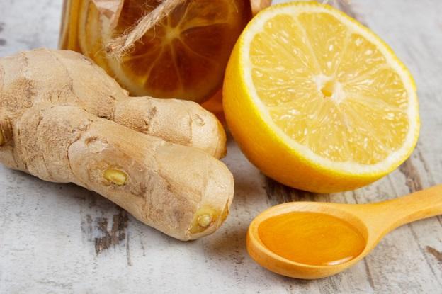 """<p><strong>Джинджифил против гадене и рак</strong></p>  <p>Ако държите мед с настърган джинджифил в хладилника, значи имате най-хубавия и полезен чай. Просто разтворете лъжица от сместа в чаша топла вода и се насладете на сгряващия му ефект.</p>  <p>Джинджифилът помага срещу гадене, възпаления и има протираков ефект.</p>  <p><u><strong><a href=""""https://www.edna.bg/kak-da/da-si-napravim-lesen-detoksikirasht-chaj-4632410"""" target=""""_blank"""">Още за джинджифила &gt;&gt;&gt;</a></strong></u></p>"""