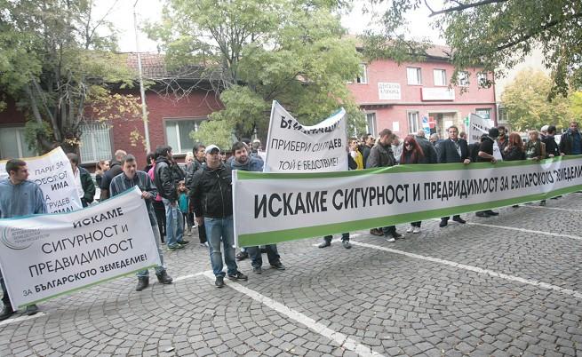 Земеделци протестираха пред министерството (видео)