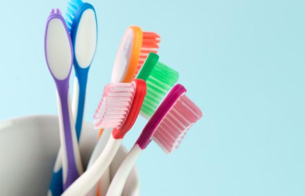 Четка за зъби - Половината от хората подменят четката си твърде често, а останалите твърде рядко. Би трябвало четката да се подменя на всеки 2-4 месеца. Четката се пълни с много и различни бактерии, а и влакната ѝ се изкривяват.