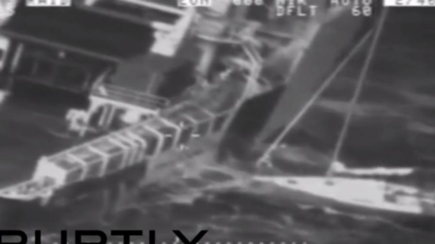 Спасяване на мъж и котка по време на буря в морето (видео)