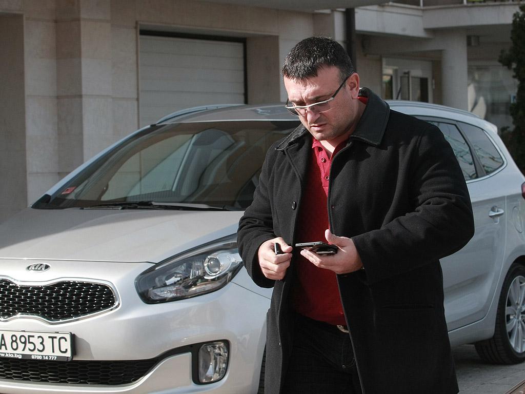 Уцелена е предната дясна врата на колата, но самият Петров не е пострадал