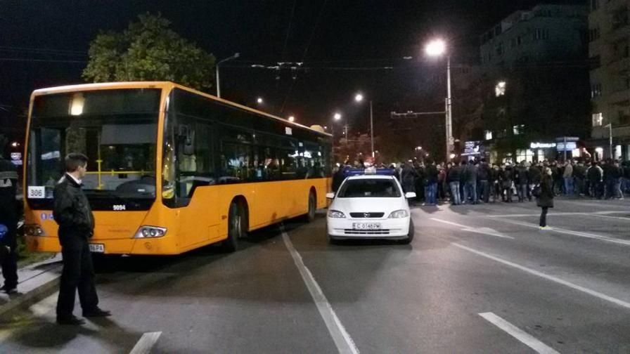 Блокирани централни улици в София и цялата страна (видео)