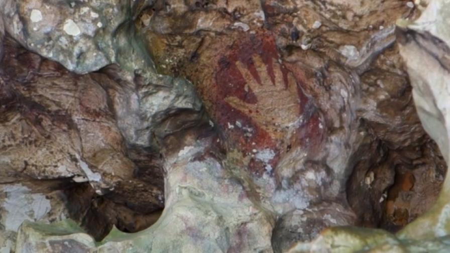 На Южен Сулавеси една дузина шаблони на ръце в черничево червено на по 35 000 до 40 000 години
