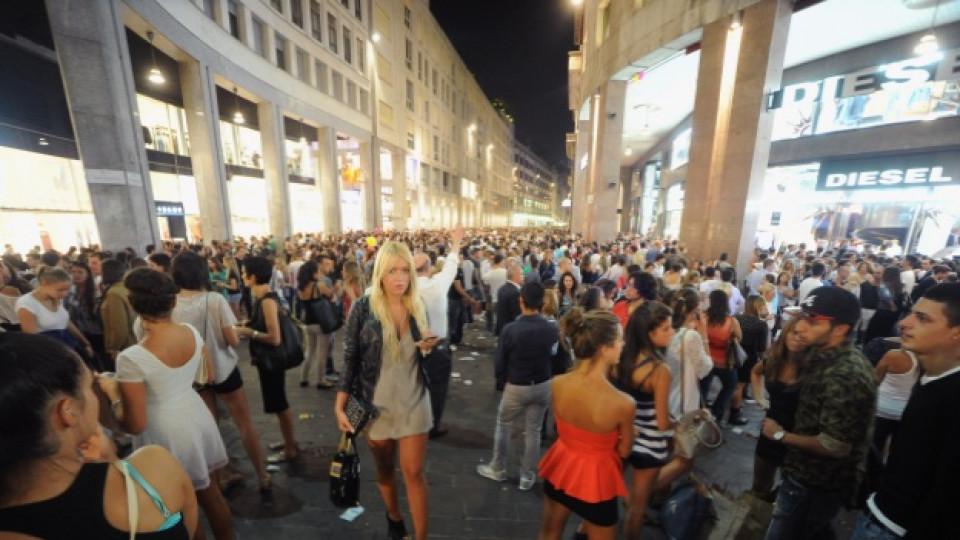 """Тазгодишното издание на """"Vogue Fashion's Night Out"""" в Милано привлече като магнит безброй почитатели на модата от цял свят"""
