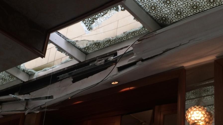 """Срути се част от стъкления покрив на бившия """"Шератон"""""""