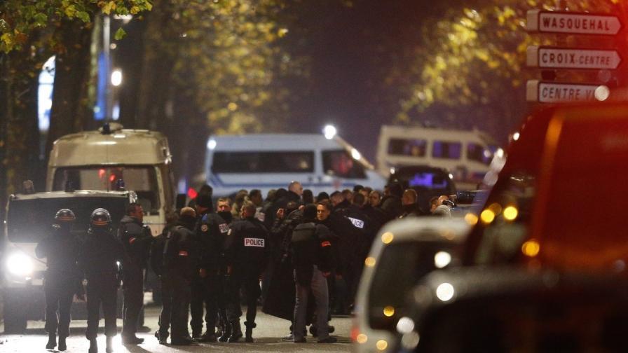 Полицаи са отцепили улицата близо до мястото на заложническата драма във френския град Рубе