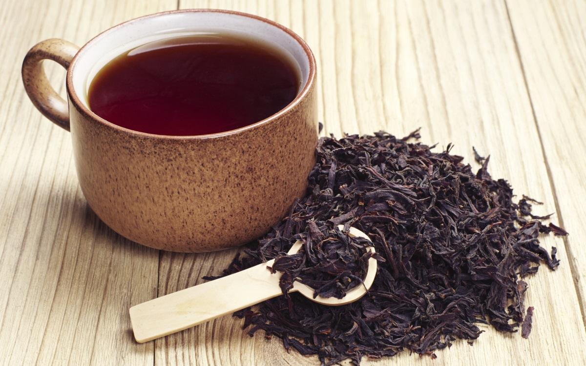 Намалява стреса: черният чай<br /> <br /> Направете си голяма чаша от ароматната напитка. Проучване е установило, че тези, които пият черен чай, са по-способни да управляват стреса, отколкото онези, които залагат на билков чай. Не само че пиещите черни чайове имат по-ниски нива на кортизол, но и телата им са способни да намалят нивата на хормона на стреса и да ги връщат към нормалното.