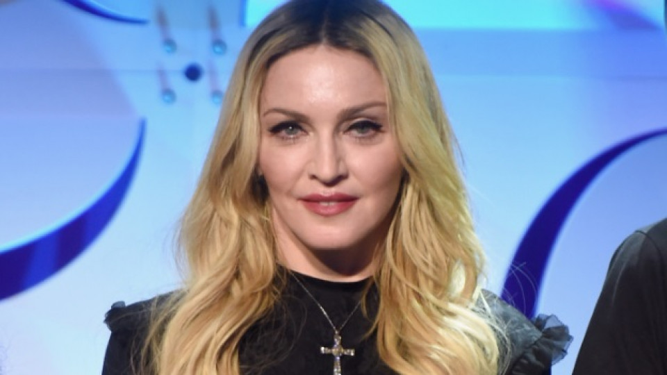 Мадона показа близначките си в сладко семейно видео