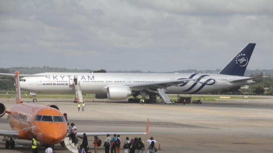 """Бомбата на самолета на """"Еър Франс"""" се оказа хартиена"""