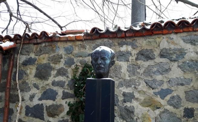 Паметник на Талев в двора на къщата му в Бистрица