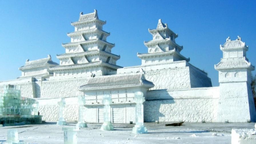 Огромен леден замък отвори врати