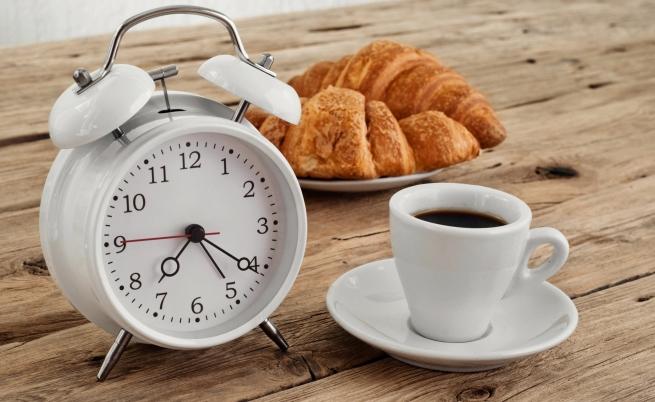 Будилник събужда с ухание на кафе и кроасани