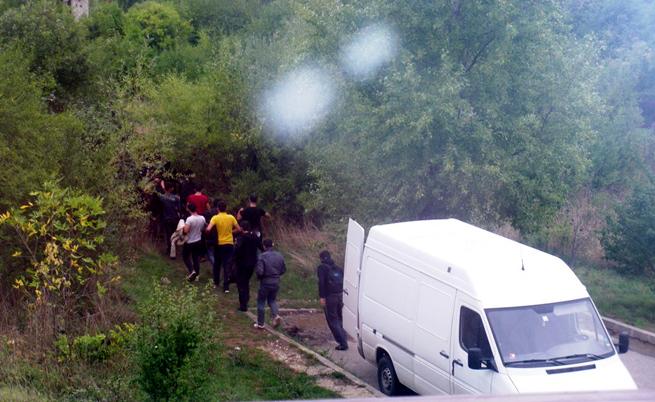 """Мигранти излизат от бус в """"Овча купел"""""""