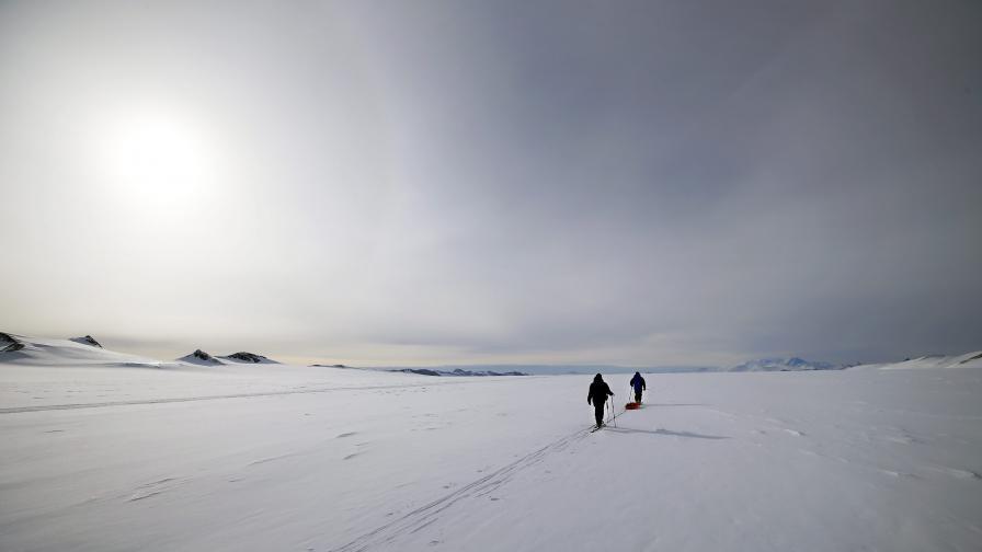 Български полярници се спасиха с надуваема лодка