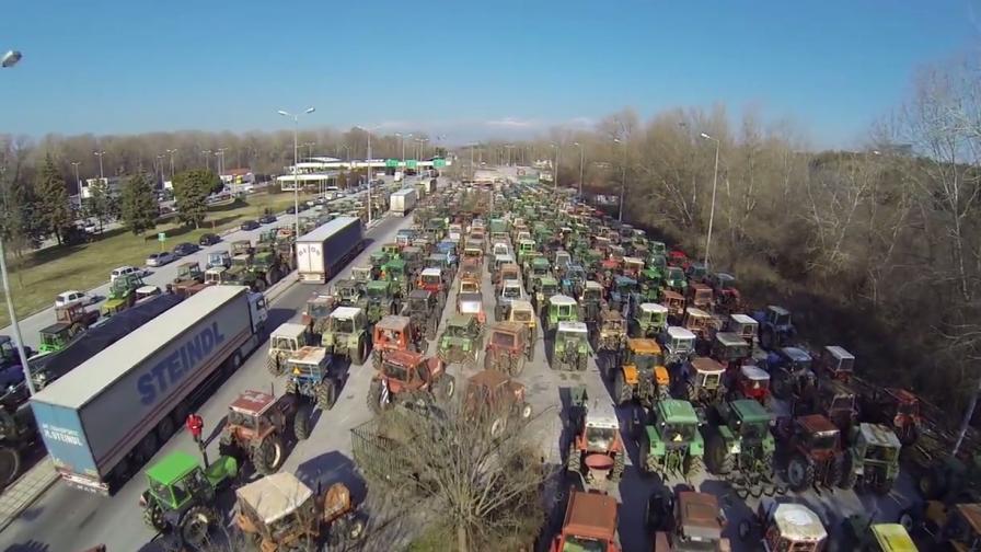 Стотици гръцки трактори блокираха пътя към България