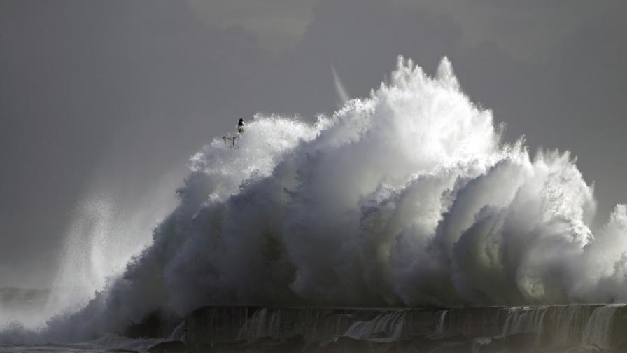 Американец засне вълна-убиец (видео)