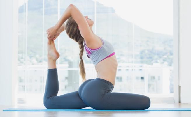 Силно тяло с упражнения по йога