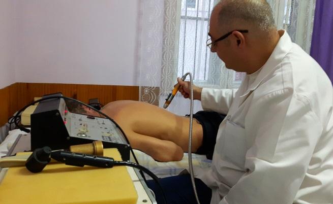 Доктор Желяз Бонев по време на работа