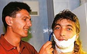 Петър Александров помага в бръсненето на Трифон Иванов