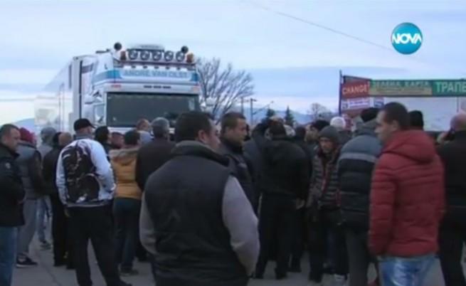 Българи потрошиха гръцки трактори на