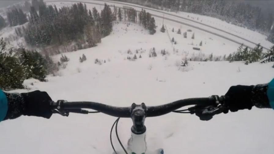 Колоездач се спусна по ски писта с велосипеда си