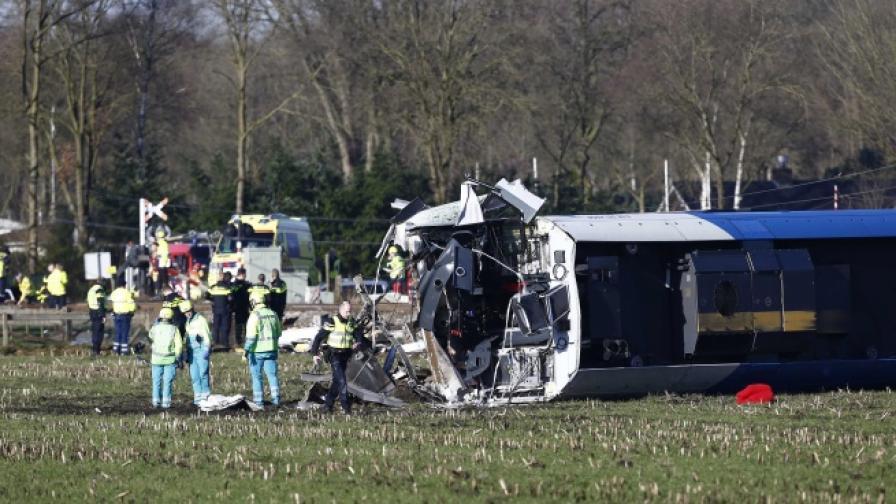 Катастрофа в Холандия, влак се блъсна в кран