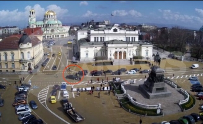 Кола на НСО блъсна човек пред парламента