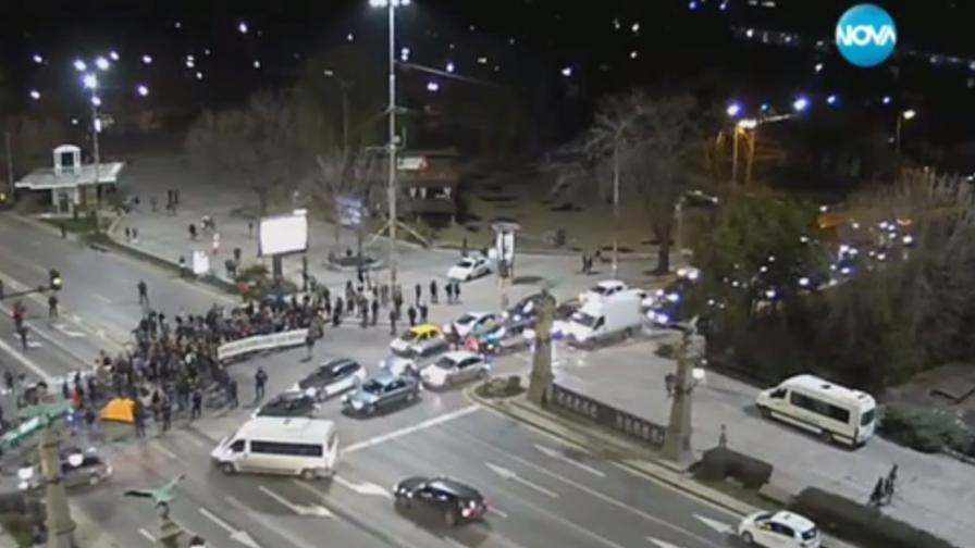 Протест с палатки блокира Орлов мост
