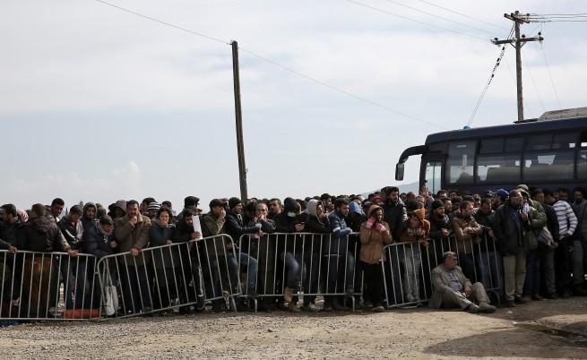 Хиляди мигранти са се събрали на гръцко-македонския граничен пункт Идомени