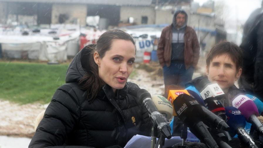 Анджелина Джоли в калта при бежанците (снимки)