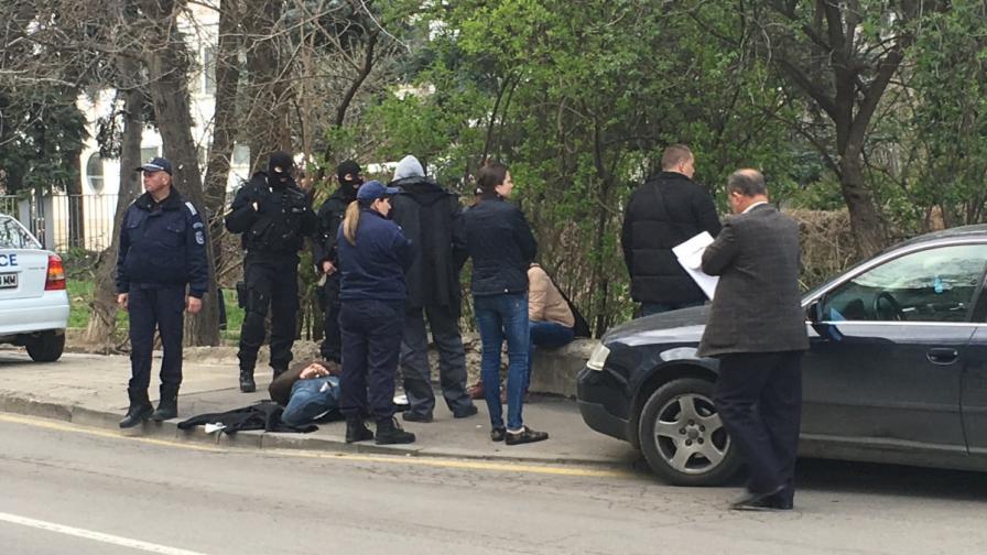 Хванатите полицаи изнудвали студент да върти дрога за тях