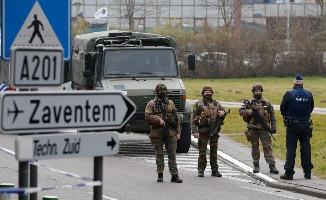 Войници и полиция след атентата на летището в Брюксел