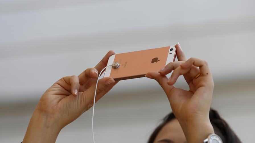 Продажбите на айфони са паднали наполовина