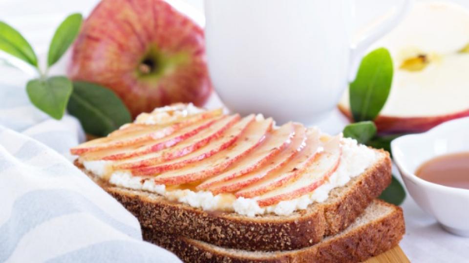 Сандвич с извара и ябълки