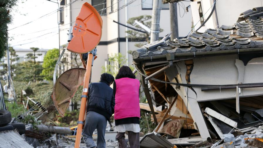 Десетки затрупани живи в Япония, опасност от потоп