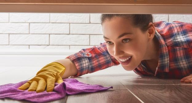 <p>Почистете и след това дезинфецирайте - използвайте простичък, но работещ метод на почистване в 2 стъпки - първо почиствате и след това минавате повърхността с дезинфектант. За да почистите първоначално повърхността, можете да използвате оцет и микрофибърна кърпа или пък само гореща вода. След това трябва да използвате дезинфектант на алкохолна/спиртна основа с поне 60% съдържание на алкохол. Можете да използвате и препарати с белина в тях, те също са отлични дезинфектанти.</p>  <p>&nbsp;</p>