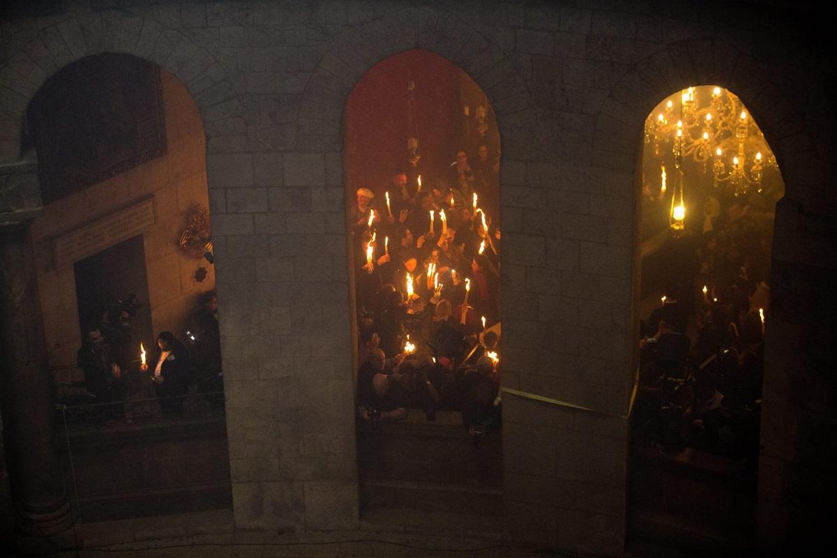 """Огънят, наричан още Свещен или Небесен, е едно от чудесата, които всяка година стават на Велика събота. Огънят пламва от само себе си в храм """"Възкресение Христово"""", построен върху Божи гроб в Йерусалим. На Велика събота вече над 2 хил. години хиляди вярващи от цял свят пристигат в Йерусалим, за да станат свидетели на чудото."""