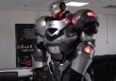 Робот-хуманоид в реални размери пее и прегръща